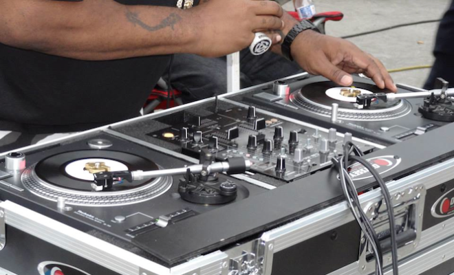 biz-markie-shows-off-the-worlds-only-pair-of-7-technics-turntables