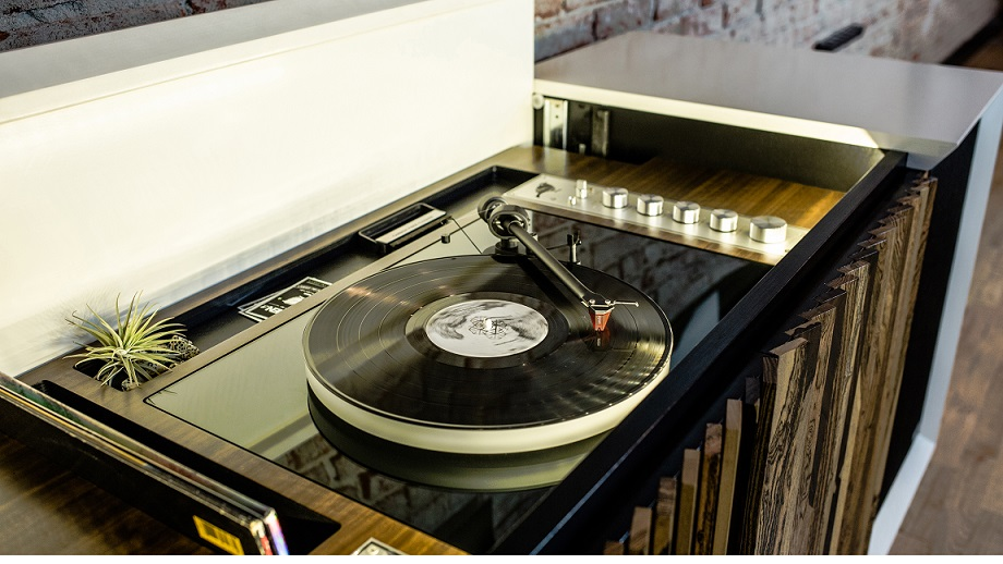 10 incredible record player consoles to reimagine your - Meuble hifi diy ...